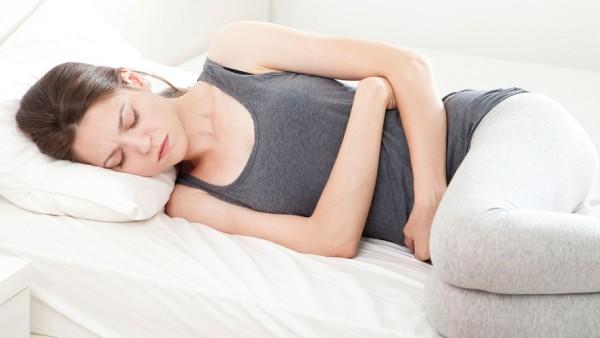 Симптоматики сопровождается болями в области живота и жидким стулом