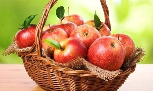 Яблоки входят в перечень разрешенных фруктов, которые допускает диета №5, рекомендованная больным панкреатитом