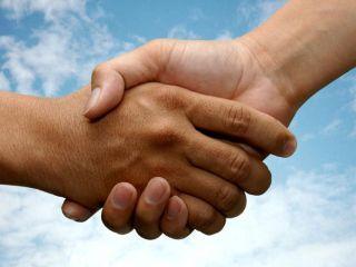 Довольно часто распространение бактерий происходит через рукопожатие