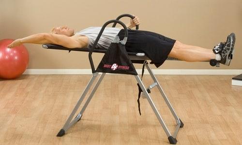 Инверсионный стол помогает снять боль и убрать отечность
