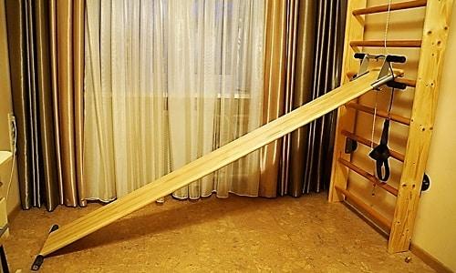 Вытяжение на шведской стенке производится при помощи доски с наклоном